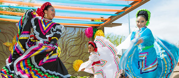 Dancers performing at Día del Niño